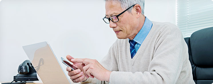 old guy using a cellphone